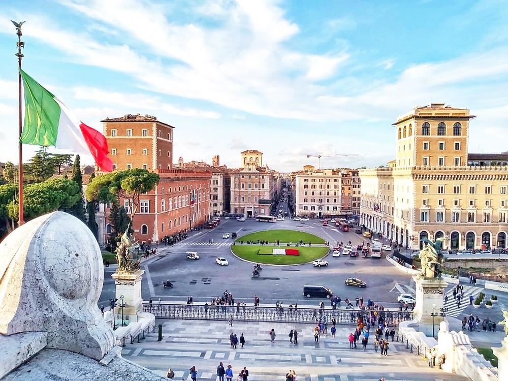 Una de las mejores vistas de Roma. Bandera italiana flameando en Monumento a Vittorio Emanuele II