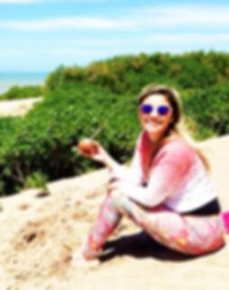 Mujer en la playa tomando mate
