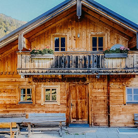 Hütte-Retreat-Vorderansicht.jpg
