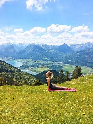 julie-Yoga-am-Berg.JPG