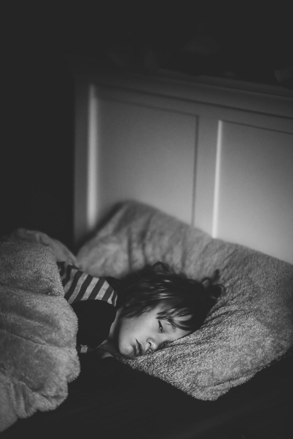 Criança prestes a dormir