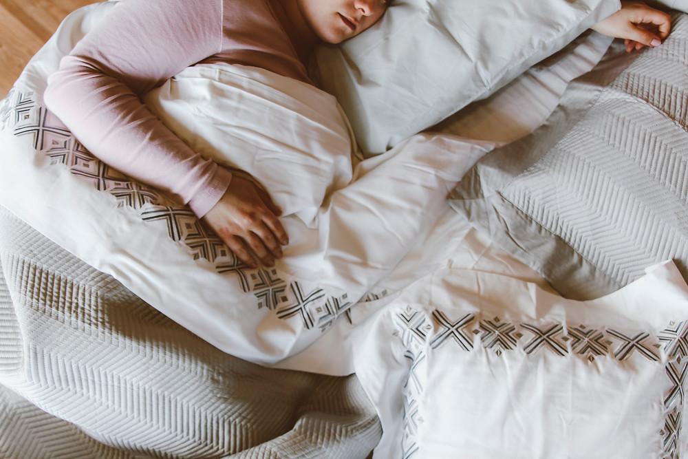 alguém dormindo confortavelmente em sua cama