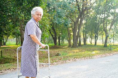 Mulher idosa com andador e neurocirurgia