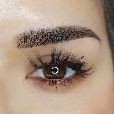 Close up semi permanent make-up for eyeb