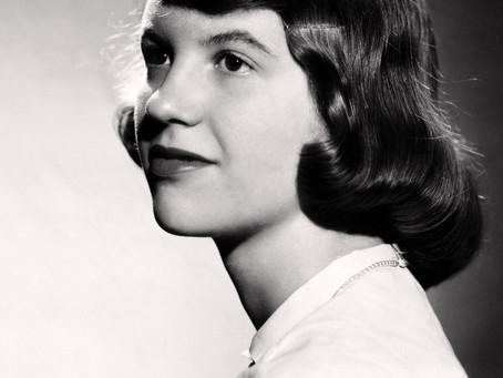 Oltre la campana di vetro di Sylvia Plath: storia di un tormento, storia di un genio.