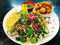 Croquettes de ris de veau en salade, crème tiède à l'échalote confite et au vin rouge, tuile de parmesan