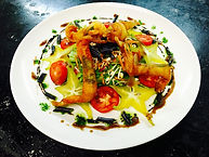 Mikado de crevettes à la menthe fraîche, salade mélangée, tomates olives et carambole, pickles de purple queen, vinaigrette balsamique