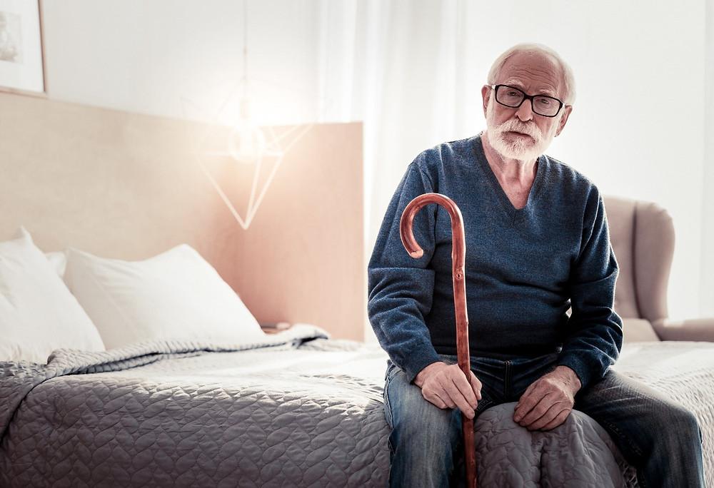Starsza osoba z laską