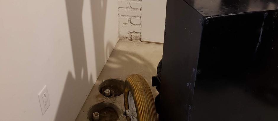 Triplex contaminé à l'huile à chauffage sous le bâtiment.