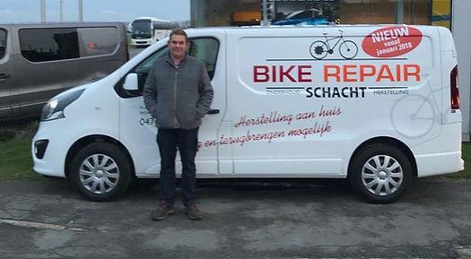 Pascal Schacht voor zijn bestelwagen.