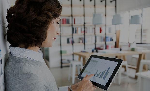 Mujer comprobación de datos en la tablet