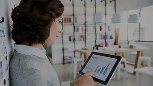 Frau Überprüfung Daten auf Tablet