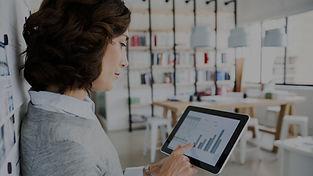 Donna controllo dei dati su Tablet