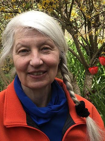 Phoebe Wacker mit Tulpen im Hintergrund