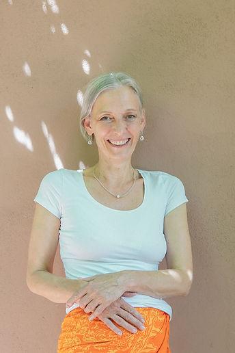 Nicole Seubert vor einer braunen Wand des Meinwärts Lahr