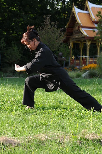 Theresa Brossmer macht Yoga Übungen in einem Park