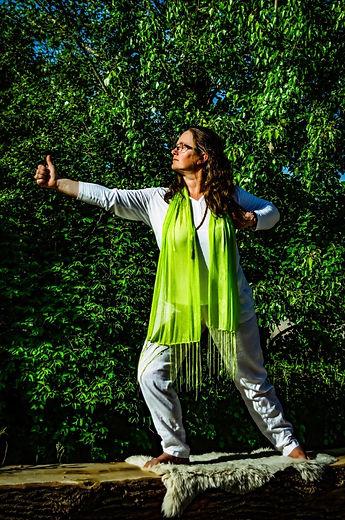 Danijela Weiner bei einer Yoga Übung auf einem Baumstamm