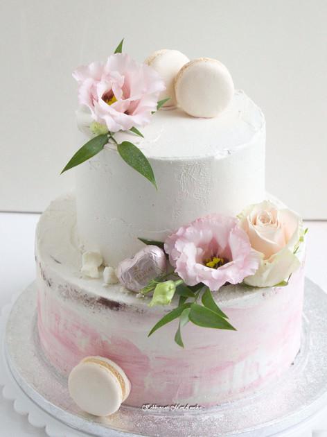 täytekakku, jossa koristeena macaronseja ja kukkia