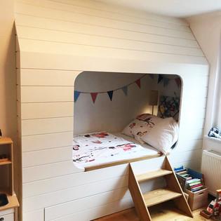 Kinderbett mit Rückzugsmöglichkeit