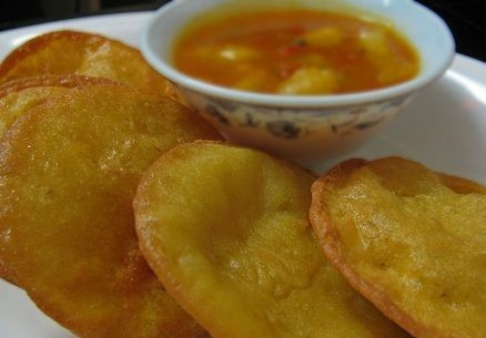 Potato crisps with a curry based dish on side