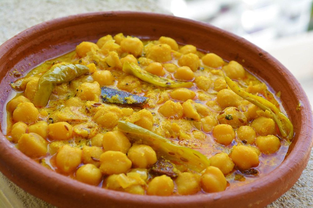 Chickpeas in yellow, yogurt-gravy