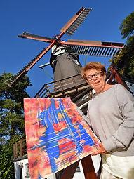 Heidi Neff vor der Bergedorfer Mühle