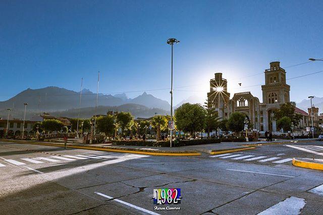 Amanecer en la plaza de Armas de Huaraz