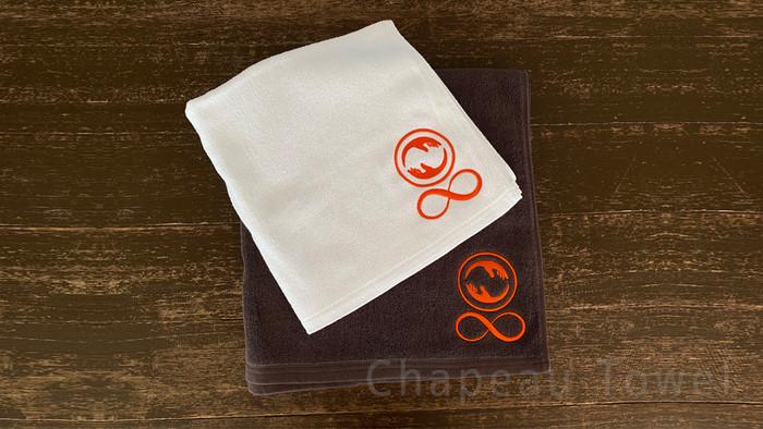 ผ้าเช็ดตัวสีขาวและสีเข้ม