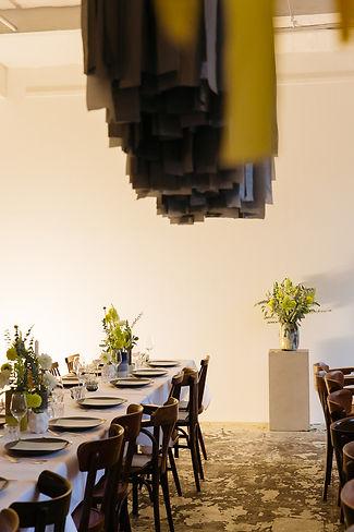 dinner party installation event design flowers taube grau wishbone berlin studio cherie