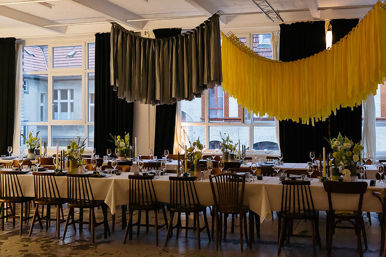 installation event design dinner party chairs yellow grey taube grau wishbone berlin studio cherie