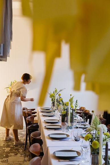 event design tablesetting flowers taube grau yellow