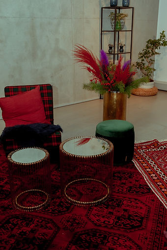 xmas set design lounge side table flowers red green