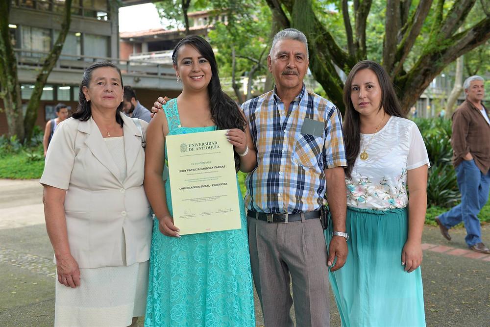 Con su familia, el día de su graduación como Comunicadora Social - Periodista de la UdeA