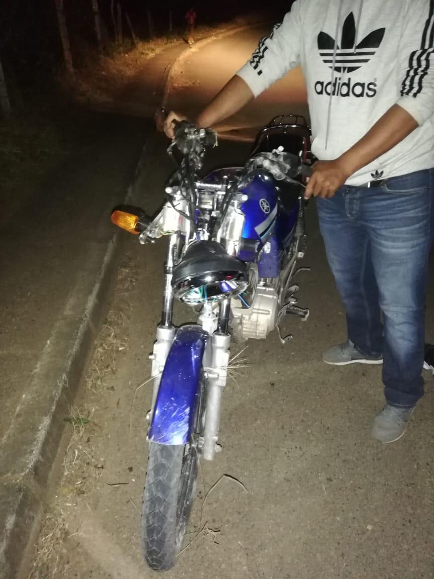 Así quedo la moto tras el impacto con el semoviente en la vía.