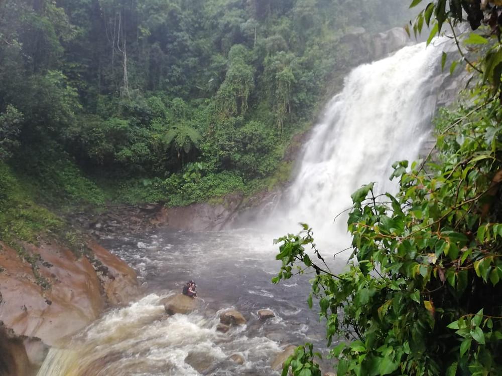 Chorro superior del río Tapartó - Se aprecia a la pareja esperando ser recatados.