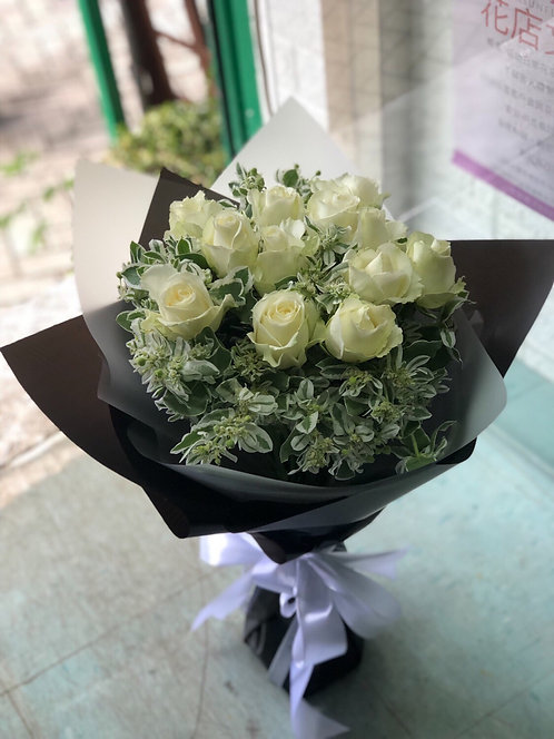 12 White Roses Bouquet WHRE121