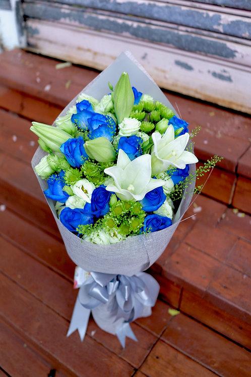 (必需預訂) 12枝藍玫瑰白百合花束 12 Blue Roses White Lily Bouquet BULY12