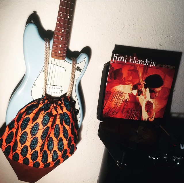 Le sac personnel de notre ami Oliver Tricks, chanteur-compositeur et guitariste du groupe Tricks&Stuff, fièrement exposé aux cotés de sa gratte favorite ainsi que de son vinyle Jimi Hendrix, grand classique de la guitare.