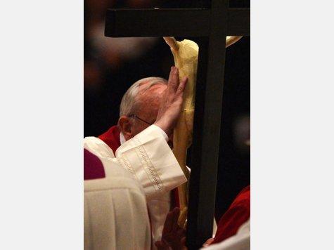 1855984593-papst-franziskus-seinen-ersten-traditionellen-kreuzweg-gebetet-709.jp