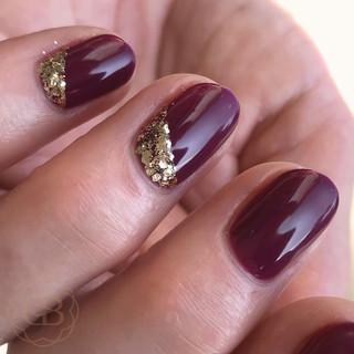 Shellac manicure and gold glitter
