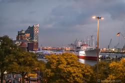 Hamburger Hafen mit der Elbphilharmonie D8N_7517