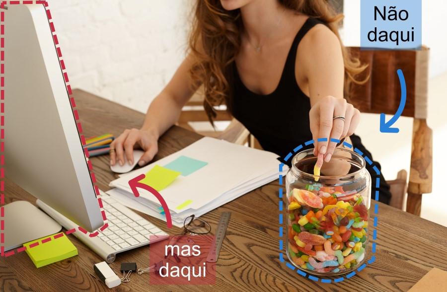 mulher trabalhando e comendo guloseimas
