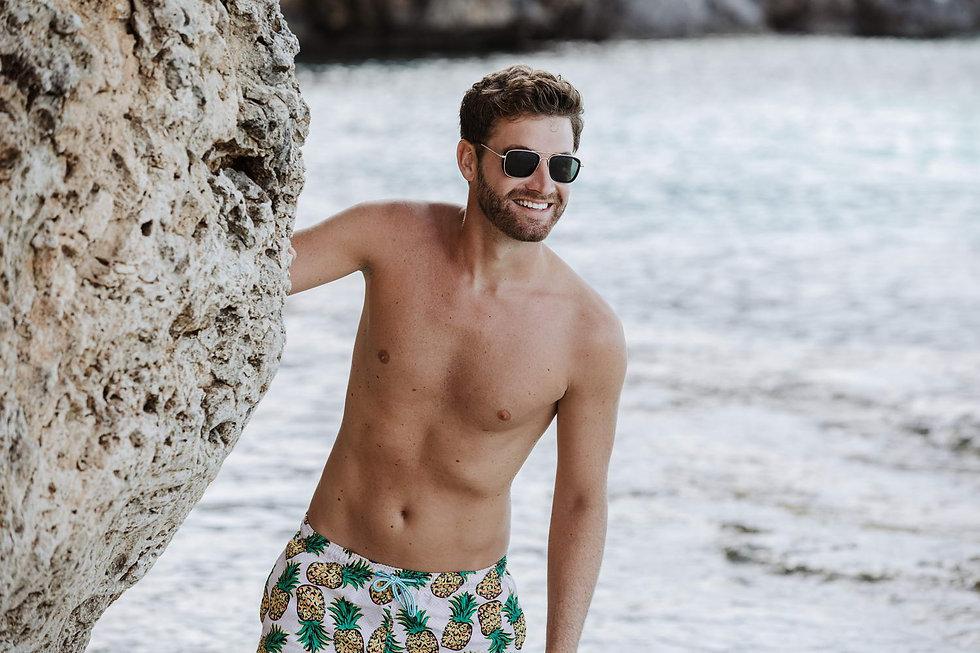 Image de lunetttes soleil homme su r la plage manequin honmme Clea Riccci