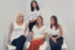 Photo de groupe de l'équipe de la crèche bilingue Claudine Olivier. Melody, Niamh, Caroline et Claudine. Une crèche bilingue montessori située à Paris 15, Paris 7, Paris 16 et Levallois Perret