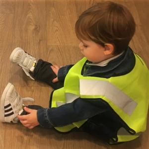 un enfant apprenant l'autonomie, il met ses chaussures dans la crèche bilingue anglais français Claudine Olivier avant une sortie dans Paris
