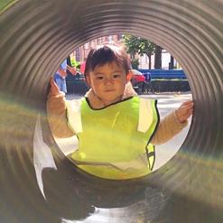 Un enfant la crèche bilingue anglais français Claudine Olivier jouant dans un parc à Paris 15