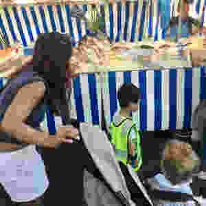 3 enfants de la crèche bilingue anglais français Claudine Olivier en train de découvrir les poissons du poissonier du marché Dupleix