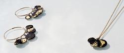 Boucles d'oreille et pendentif médaillon en verre noir et feuille d'or