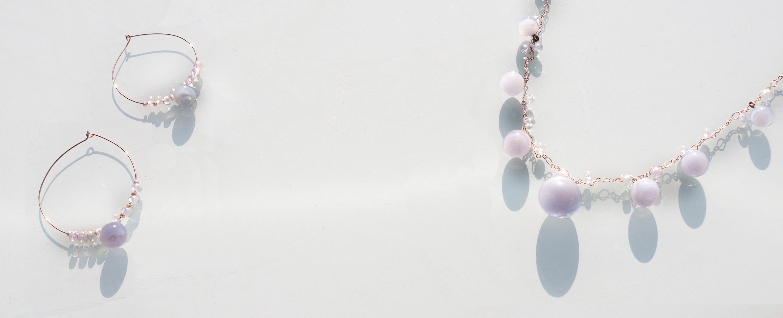 Collier et créoles cuivrées et perles de verre irisées