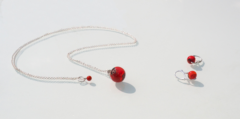 Sautoir et boucles d'oreilles en argent et perles de verre rouge
